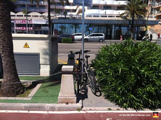 42-bikes-tied-to-street-sign-mallorca