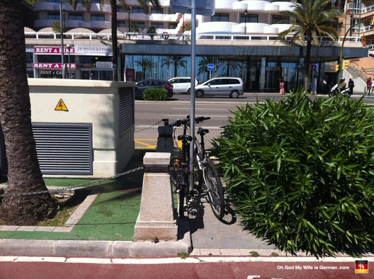 42-bikes-tied-to-street-sign-mallorca