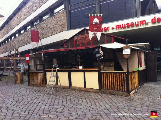 03-Weihnachtsmarkt-Booth-Setting-Up-Winter-2012