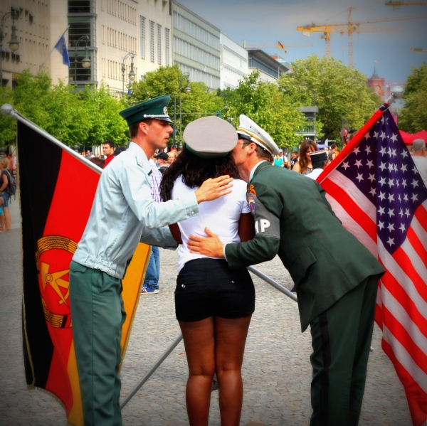american-tourist-in-berlin-germany-flag-kiss