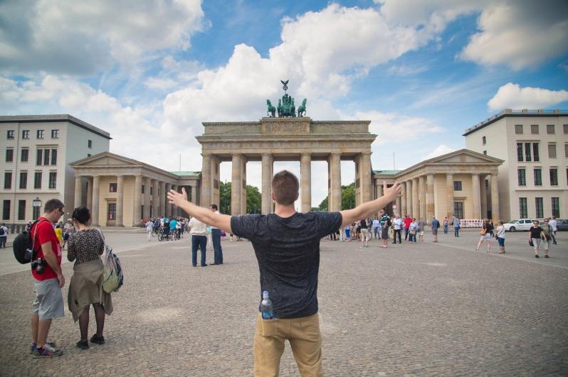 funny-brandenburg-gate-american-tourist